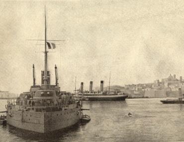 Το, σαν βοηθητικό καταδρομικό επιταγμ�νο, S/S Burdigala (στο βάθος) στο λιμάνι της La Valetta - Malta, το 1915. Σε πρώτο πλάνο βρίσκεται η ναυαρχίδα του γαλλικού ναυτικού, το πλοίο Jean Bart, κλάσης Courbet. (KFΒ Collection)