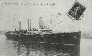 Στην φωτογραφία αυτή, η οποία είναι ίδια με την προηγούμενη, η εικαστική επ�μβαση του φωτογράφου παρουσιάζει το πλοίο με άλλο χρώμα και άλλες συνθήκες πλεύσης.