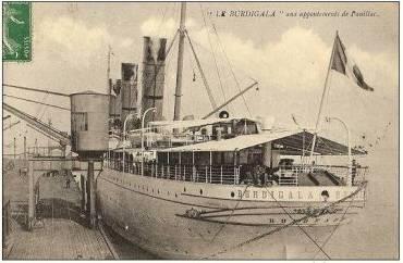 Το S/S Burdigala στο λιμάνι του Bordeaux, το επονομαζόμενο Port de la Lune (λιμάνι του φεγγαριού), λόγω του σχήματος μισοφ�γγαρου που �χει το ποτάμι Garonne σ΄ αυτό το σημείο. Στην φωτογραφία διακρίνονται τα φουγάρα του πλοίου βαμμ�να με τα χρώματα της Cie de Navigation Sud-Atlantique. (Andre Durand Collection)