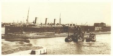 Το S/S Kaiser Friedrich, στο λιμάνι του Αμβούργου, λίγο καιρό πριν αγοραστή από την Compagnie de Navigation Sud-Atlantique, η οποία άλλαξε το όνομα του σε S/S Burdigala. (© Hapag-Lloyd AG)