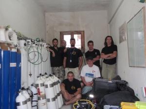 Η πρώτη ομάδα της αποστολής στο χώρο πλήρωσης αερίων που ευγενικά παραχωρήθηκε απο το Δήμο Κέας. Οι φιάλες ηλίου και οξυγόνου χορηγήθηκαν απο την Air Liquide Hellas.